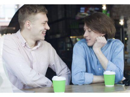 男性カップルがカフェで会話している写真