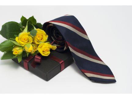 プレゼントBOXと花束・ネクタイの写真
