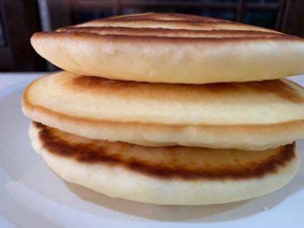 米粉ホットケーキ3段重ね横から取った写真