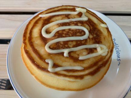 米粉ホットケーキにはちみつとバターを掛けた写真
