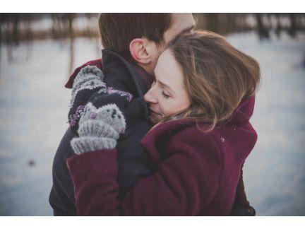 抱きしめあうカップルの写真