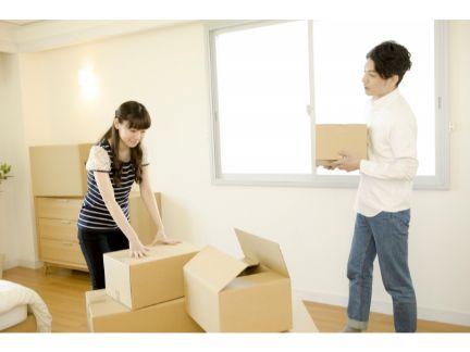 荷物を梱包しているカップルの写真