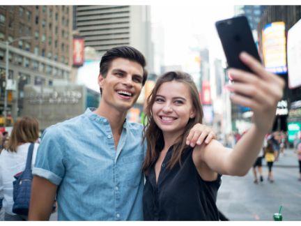 デートして自撮りしているカップルの写真