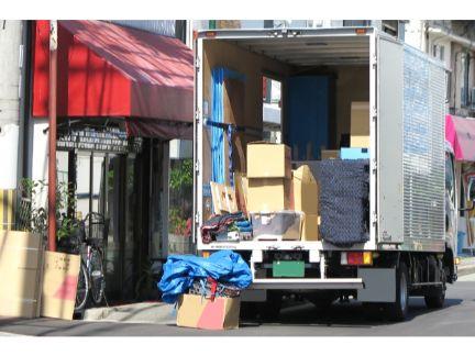 引っ越しの荷物を積んだトラックの写真