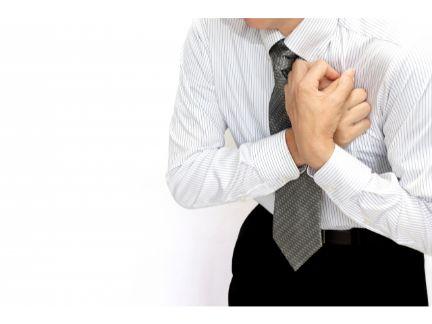 胸の痛みに苦しむ男性の写真