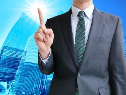 ビジネスマンが人差し指を立てている写真