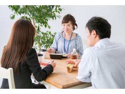 男女3人でランチを食べている写真