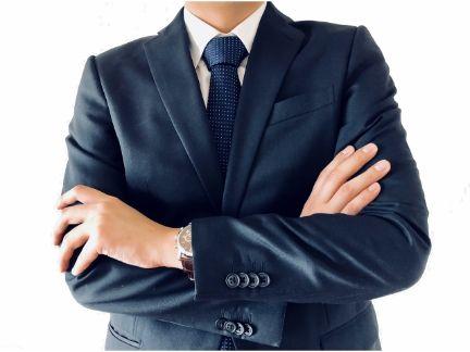 腕くみするビジネスマンの写真
