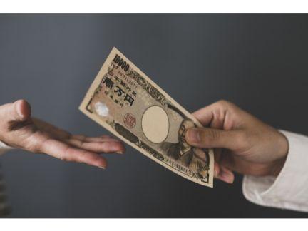 お金を渡している写真