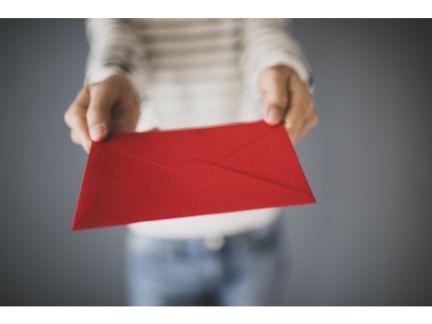 手紙を渡す女性の写真