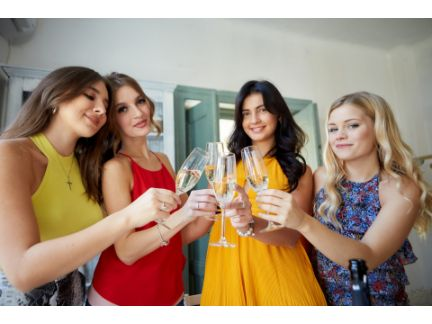 女子会で乾杯している写真