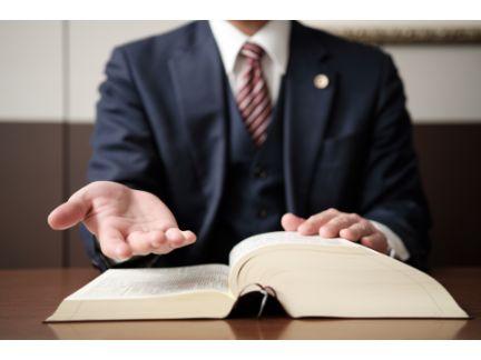 救いの手を差し伸べる弁護士の写真