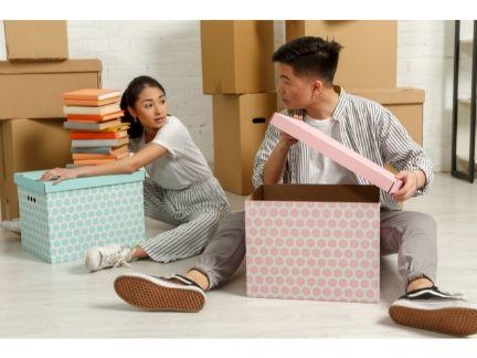 引っ越しするカップルの写真