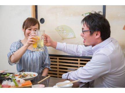 女性と男性が乾杯している写真