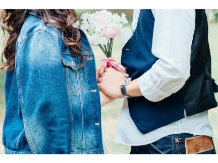 男性が女性んい花束を渡して告白している写真