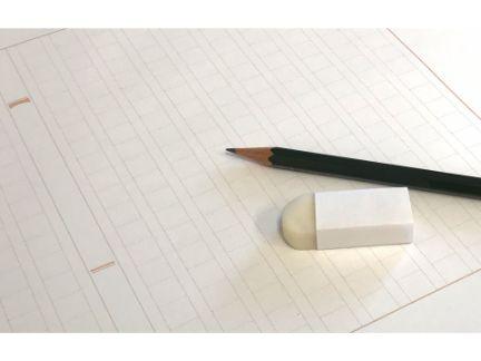 原稿用紙の上にえんぴつとし消しゴムがある写真