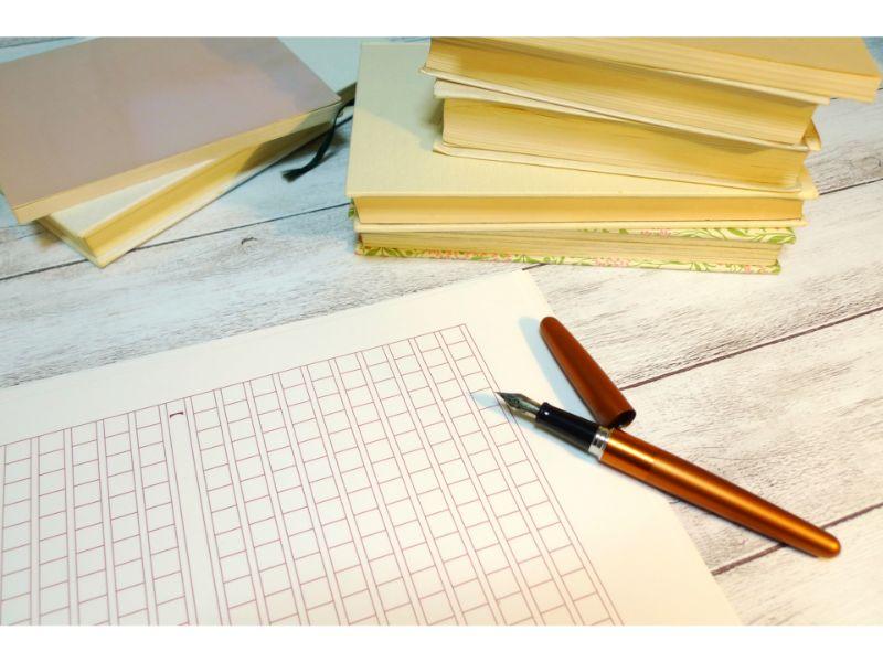 原稿用紙との上にペンがある写真