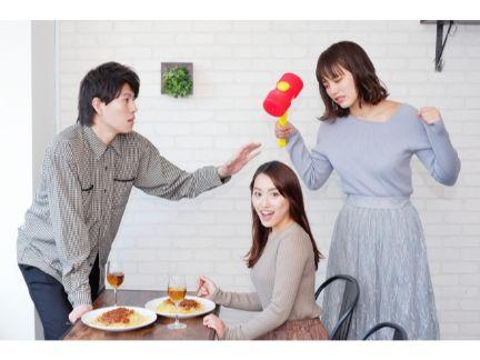 彼氏が別の女性と会っている現場で彼女が女性を叩こうとしている写真