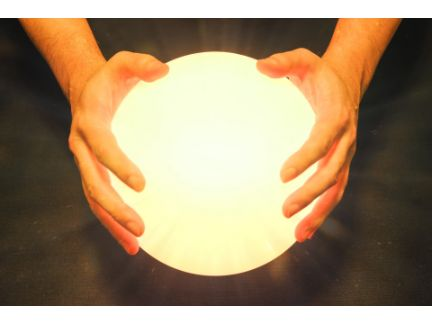 大きな光の玉を持つ男性の写真