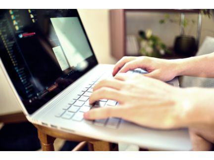 パソコンを操作する手元の写真