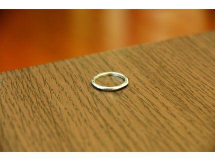 テーブルの上に置かれた指輪の写真