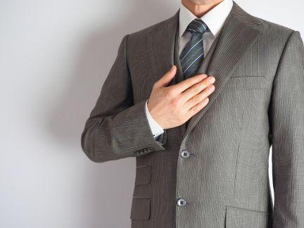 ビジネスマンが胸に手を当てている写真