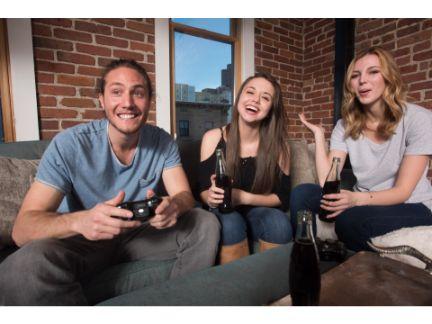 男性1人と女性2人でゲームしている写真