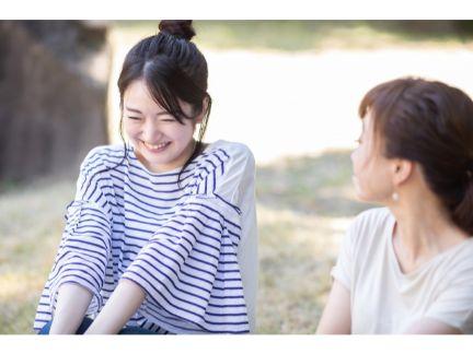 友人と話す女性の写真