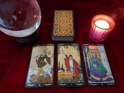 タロットカードと水晶が置かれた占いのテーブルの写真