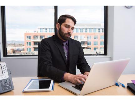 仕事に集中する男性の写真