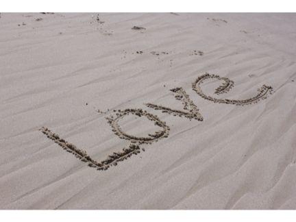 砂浜に「LOVE」と書かれた写真