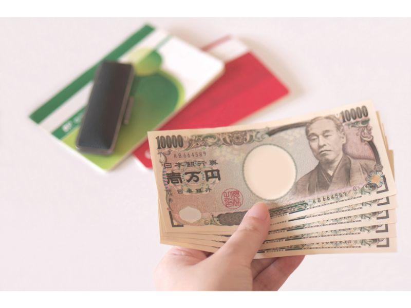 通帳と現金の写真