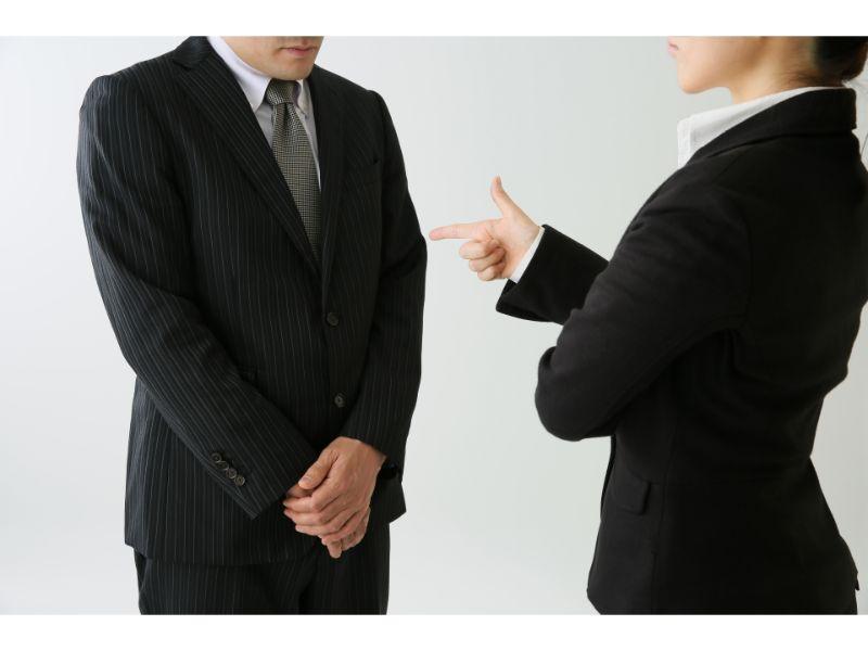 男性を叱る女性上司の写真