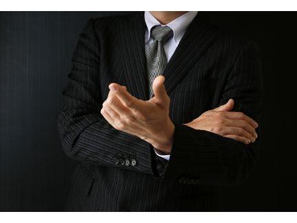 指を差し指摘する男性の写真