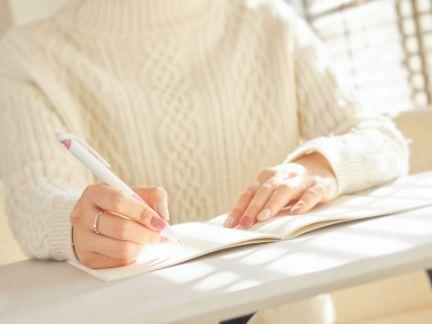 小説を書く女性の写真
