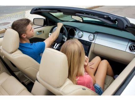 ドライブするカップルの写真