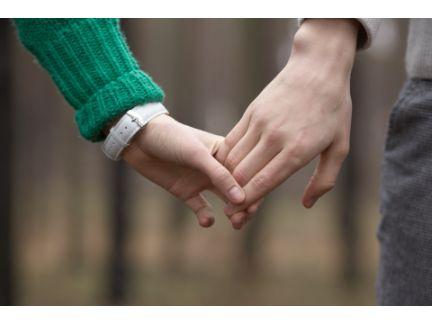 手を繋ぐ男女の手元の写真