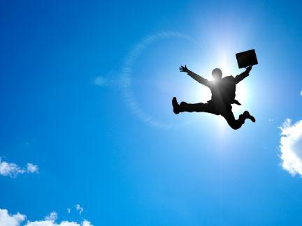 大空にジャンプする男性の写真