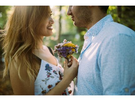 男性が女性に花束を渡し告白している写真