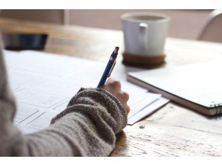 何か書いている手元の写真