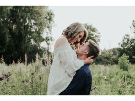 彼女を抱え上げて見つめあうカップルの写真