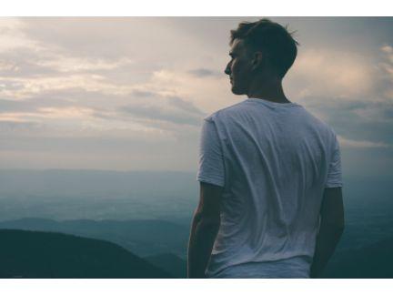 遠くを見て考えている男性の写真