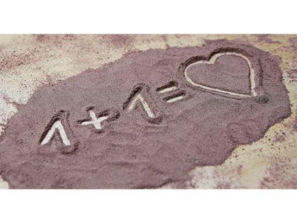 砂に「1+1=♡」が書かれた写真