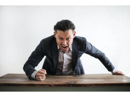 怒っている男性の写真