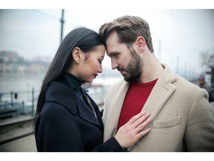 見つめ合うカップルの写真
