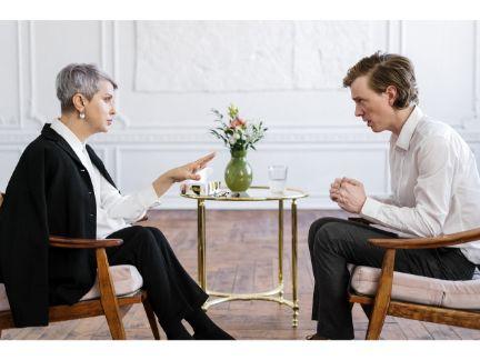 年配女性と話す男性の写真