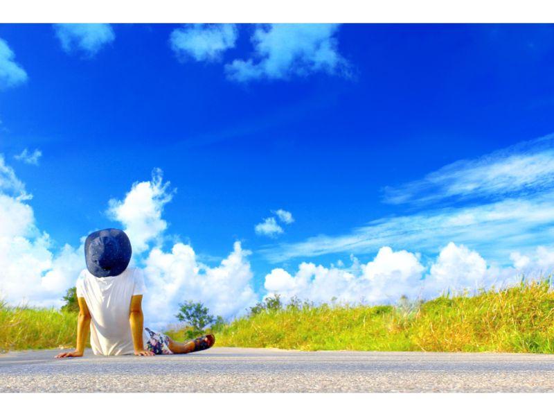 座って空を見上げる男性の写真