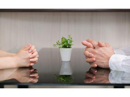 話し合いをする男女の手元の写真