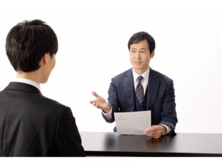 話を聞く男性の写真