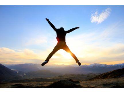 大きくジャンプしている男性の写真